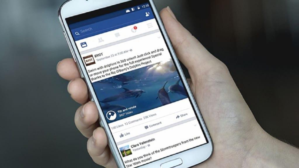 Người dùng sử dụng điện thoại để xem video