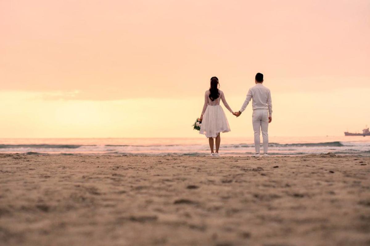 cách tạo dáng chụp hình cưới ở biển