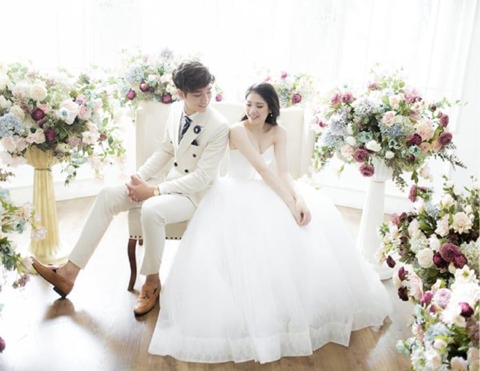Cách tạo dáng chụp ảnh cưới trong phòng