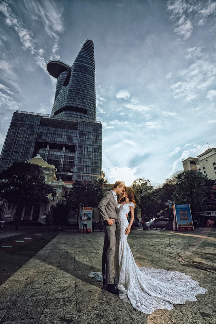 Chụp hình cưới tại tòa nhà Bitexco
