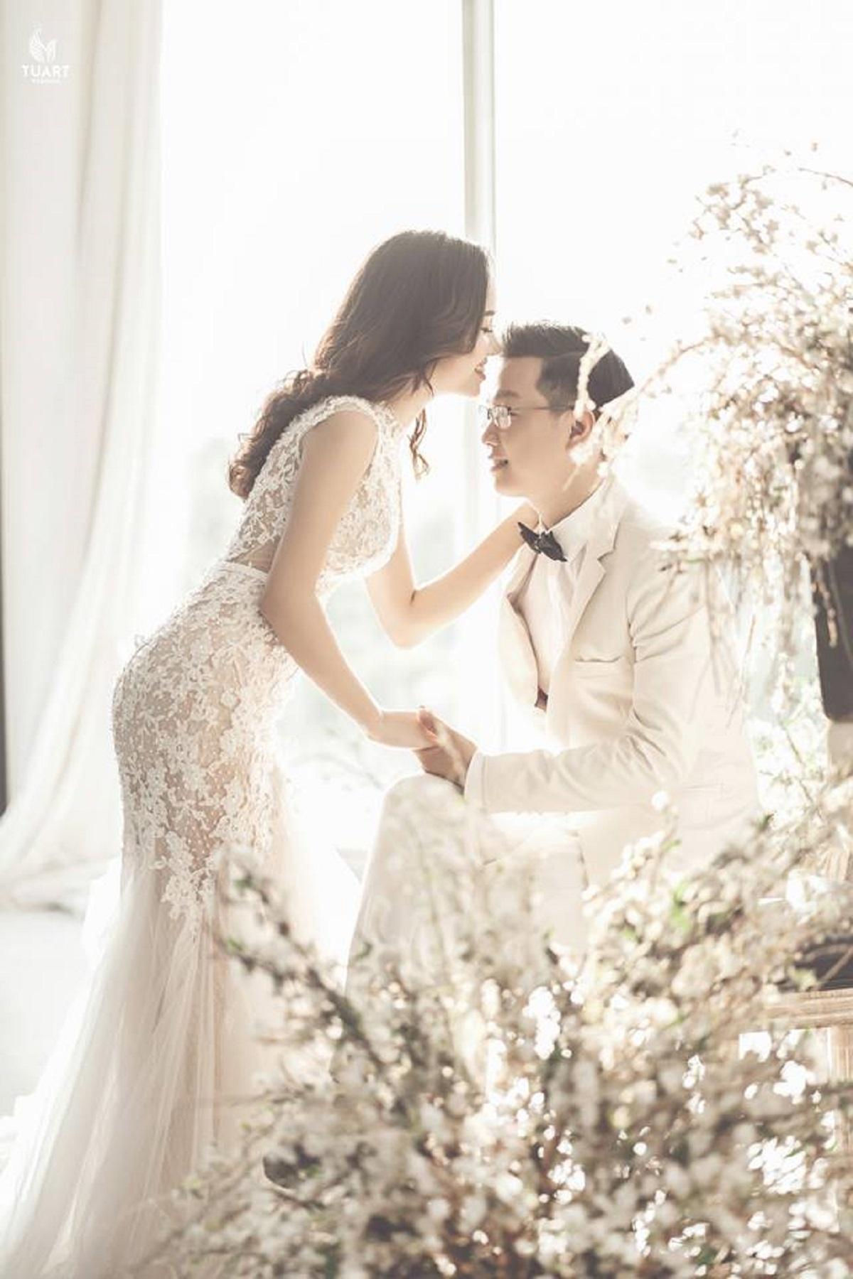 Chụp ảnh cưới trong phòng đẹp