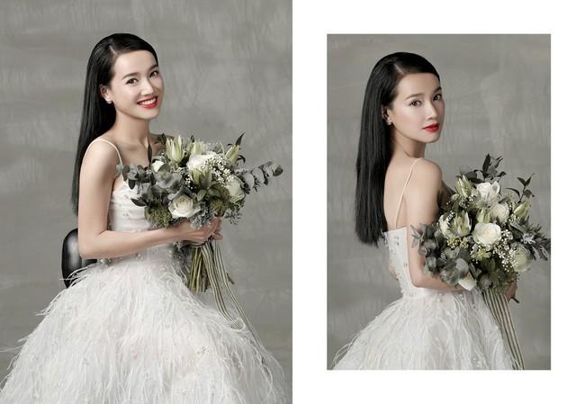Chụp hình cô dâu với bó hoa cưới đẹp