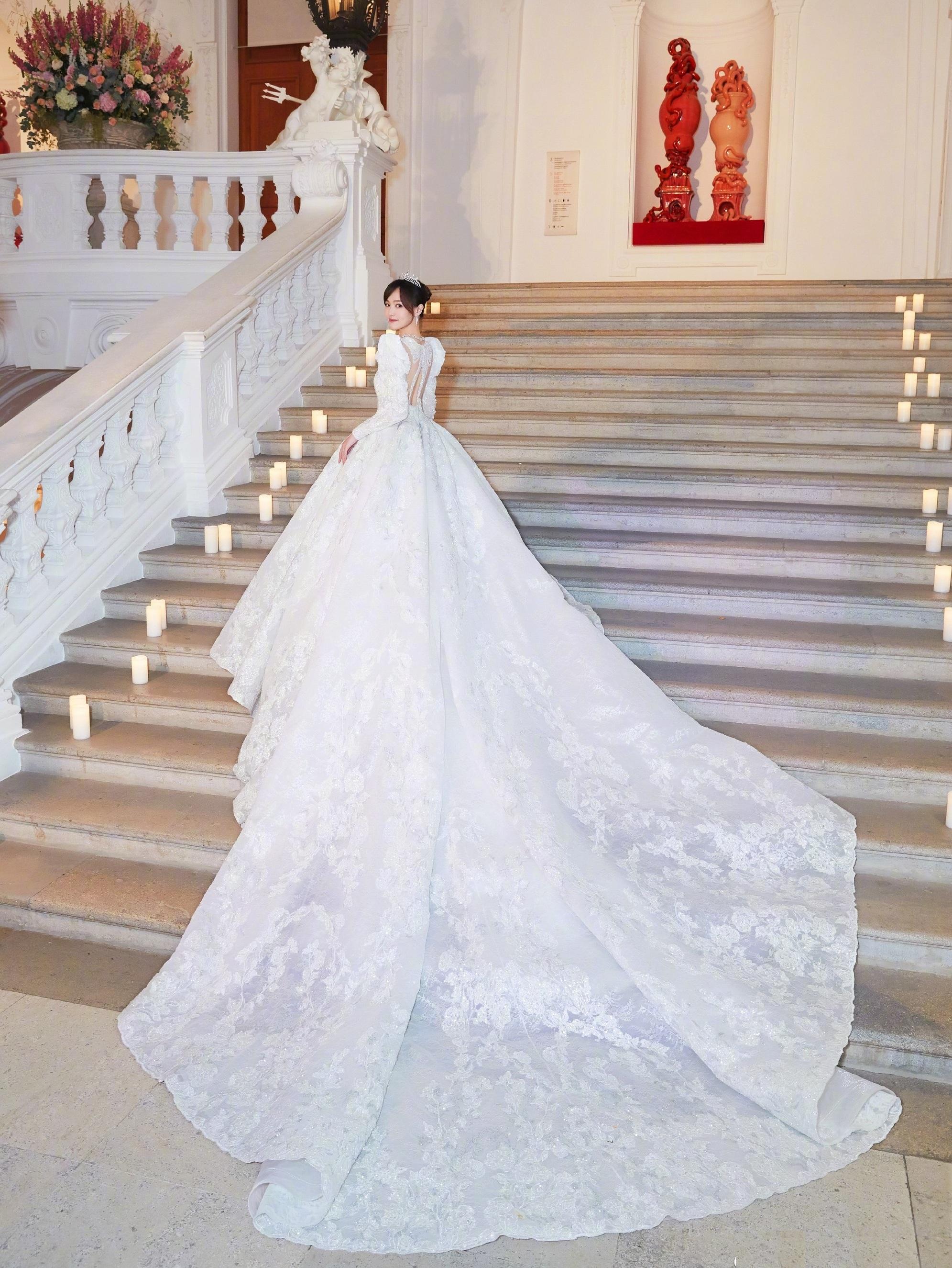 Chụp hình cưới cô dâu đẹp với váy cưới sang trọng