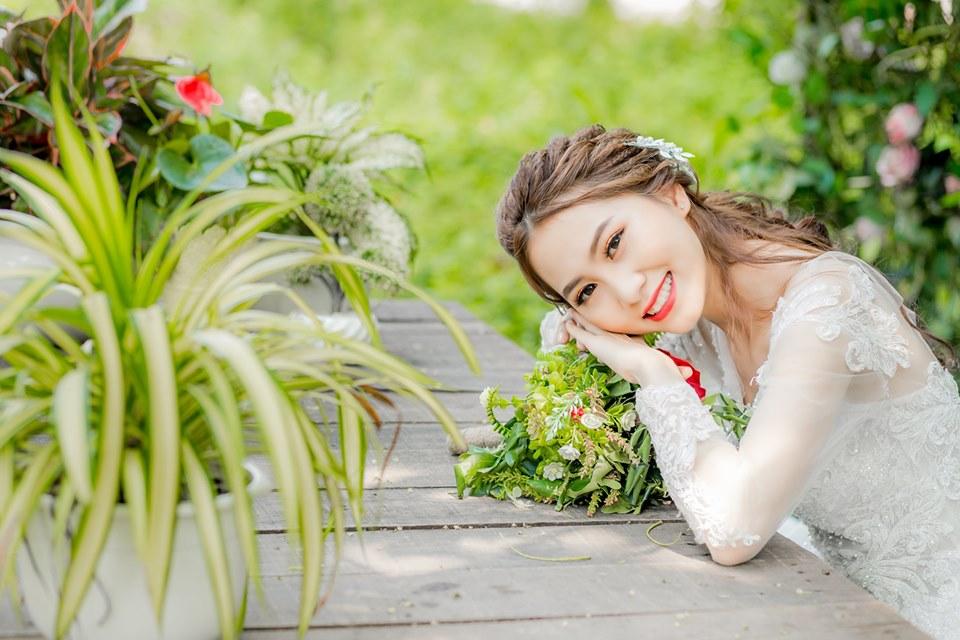 Chụp ảnh cô dâu cười tự nhiên
