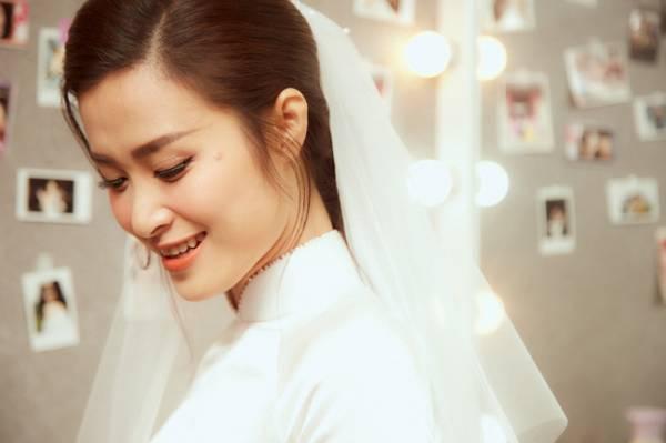 Chụp ảnh cưới cô dâu cận cảnh khi trang điểm