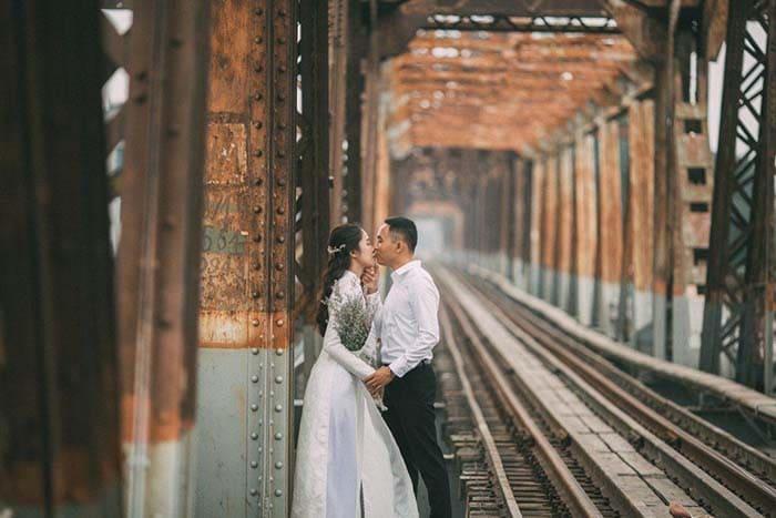 Du lịch kết hợp chụp hình cưới Hà Nội đừng quên ghé cầu Long Biên
