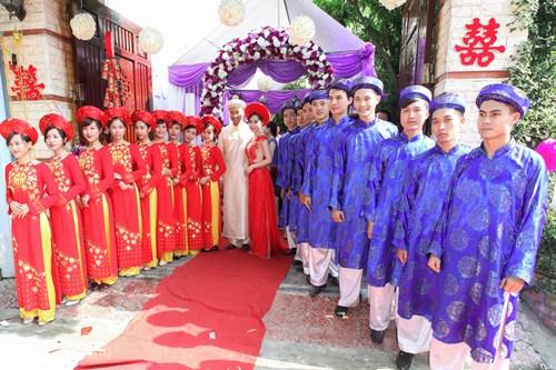 """Lễ ăn hỏi còn được gọi là lễ đính hôn – 1 nghi thức trong tục hôn nhân truyền thống của người Việt Nam ta. Buổi lễ ăn hỏi sẽ thông báo chính thức về việc hứa gả giữa 2 họ. Đây là giai đoạn quan trọng trong quan hệ hôn nhân của cô dâu và chú rể nên ngoài nghi lễ sẽ diễn ra trong suốt buổi lễ thì các bạn cũng cần phải chú ý một số kiêng kị trong lễ ăn hỏi sau đây. Chọn ngày, giờ buổi lễ ăn hỏi """"xấu"""" là điều kiêng kị trong lễ ăn hỏi mà người xưa rất tin Việc xem ngày, giờ tốt để làm lễ ăn hỏi không chỉ trong đám hỏi mà còn cả đám cưới cũng như những công việc quan trọng của gia đình như động thổ, xây nhà, ma chay,…Đây được xem như phong tục của người Việt Nam từ xưa đến nay. Xem chọn ngày giờ lễ tốt và tránh ngày giờ xấu cần phải xem ngày, tháng, năm sinh của cô dâu, chú rể rồi chọn ra giờ hoàng đạo phù hợp nhằm cầu may mắn, những điều tốt lành đến với cặp đôi khi sinh sống cùng nhau sau này. Các ngày cần tránh như ngày Sát chủ, tam tai, tam nương,…Nếu cố tình tổ chức vào ngày này thì vợ chồng sẽ không thuận hòa sau này, hoặc đường con cái cũng khó. Theo dân gian, còn kiêng tổ chức đám cưới vào """"ngày cùng tháng tận"""", nên người ta ít tổ chức cưới hoặc ăn hỏi vào cuối tháng Chạp ( tháng 12 âm lịch) hoặc tháng 7 âm lịch.  Lễ ăn hỏi cũng có những kiêng kị về ngày giờ như lễ cưới Cô dâu không được hiện diện trước khi chú rể vào đón Đây là thông lệ từ trước đến giờ của những buổi lễ ăn hỏi, với mục đích nhằm tránh đánh giá là vô duyên hay thiếu lễ phép đối với gia đình bên nhà chồng. Cô dâu thường sẽ chờ trong phòng của nhà mình, sau khi chú rể vào đón mới được có mặt trong buổi lễ hiện diện của 2 gia đình cô dâu – chú rể. Người chịu tang không nên tham gia cũng là kiêng kị trong lễ ăn hỏi Việc góp mặt chung vui cùng gia đình 2 bên cô dâu chú rể là điều cần thiết, tuy nhiên, với những người đang trong thời gian chịu tang thì không tham gia. Đây là một điều kiêng kỵ trong lễ ăn hỏi được chú ý nhất. Ông bà ngày xưa quan niệm rằng, đám hỏi nếu có người chịu tang tham gia thì sẽ"""