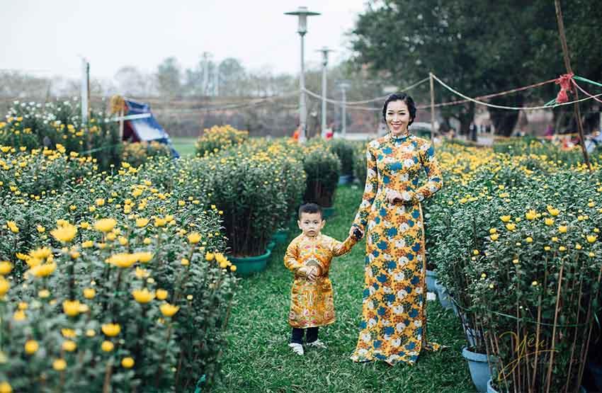 chụp ảnh tết ngoại cảnh gia mẹ và bé