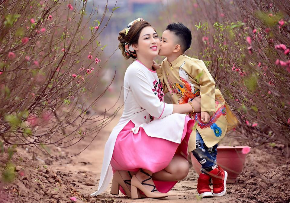 Chụp hình Tết đpẹ cho mẹ và bé